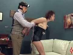 Hausfrau gefesselt